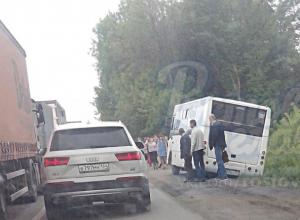 Пытавшийся объехать пробку водитель едва не опрокинул переполненный пассажирами автобус в Ростовской области