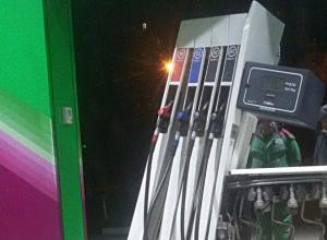 Забывший вытащить «свой шланг» автолюбитель устроил переполох на заправке Ростова