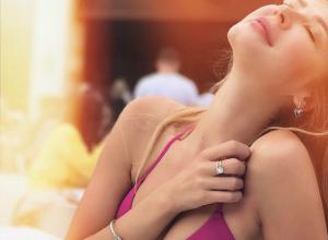 Соблазнительные упругие груди показала на турецком пляже известная секс-дива из Ростова