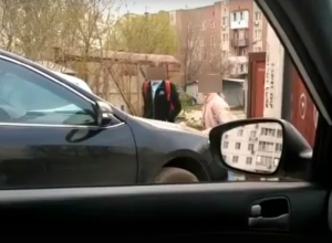 Две «веселые» девочки на глазах у матери исписали матами «неудобную» машину на парковке под Ростовом