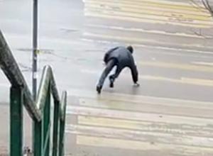 Пьяный пешеход стал героем курьезного видео в Ростове
