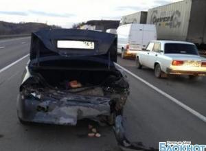 В Ростовской области ВАЗ врезался в стоящий «Мицубиси»: двое травмированы