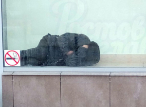 «Секретный» мужчина в неожиданной позе в Сбербанке потешил жителей Ростова