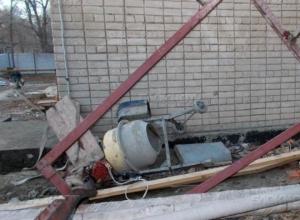 В Новочеркасске с крыши больницы упал рабочий