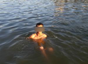 Отгонять неадекватного извращенца от своих маленьких детей пришлось посетителям пляжа в Ростове