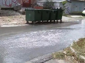 Широкая «река» поверх асфальта в центре Ростова попала на видео