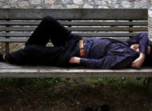 Уснувшего на лавочке молодого человека ограбили на глазах у равнодушных прохожих в Ростове