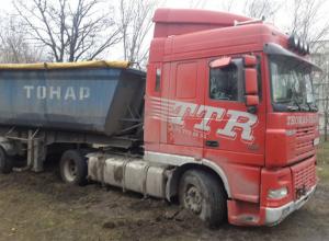 В Таганроге фура неделю не может выехать из грязи