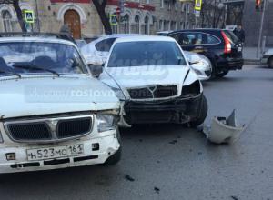 Глупое ДТП на зебре в центре Ростова устроила невнимательная девушка за рулем