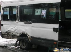 В Новошахтинске пассажирский микроавтобус столкнулся с грузовым «Мерседесом»