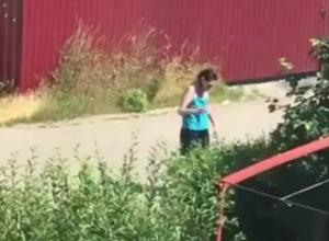 «Бесноватая» женщина с ножом вогнала в ужас жителей поселка под Ростовом на видео