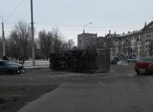 В Ростове на площади Народного ополчения перевернулась фура