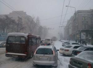 Из-за предстоящего снегопада ростовчан просят не парковать автомобили вдоль дорог