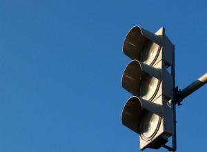 «Сумасшедший» светофор стал причиной огромной пробки на улице Лесопарковая в Ростове