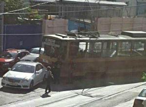Сошедший с рельсов «неуправляемый» трамвай протаранил три автомобиля в Ростове