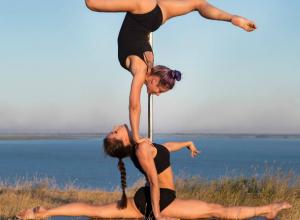 Восхитительный двойной шпагат с пилоном «над обрывом» показали сексуальные акробатки из Ростова