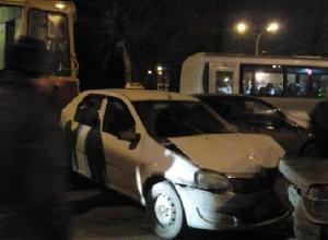 В Ростове в районе Театральной площади трамвай столкнулся с 6 машинами