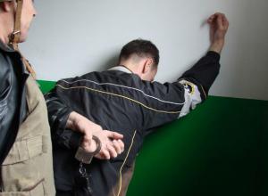 Двое дерзких грабителей ворвались в квартиру и лишили имущества мужчину в Ростове