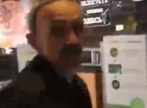 Обозвал свиньей и пообещал «задавить» посетительницу разъяренный охранник супермаркета Ростова