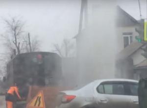 Похожий на гейзер мощный напор воды «вырвался» из-под земли в Ростове