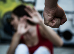 Жестокие побои от собственного брата получила во время застолья жительница Ростова