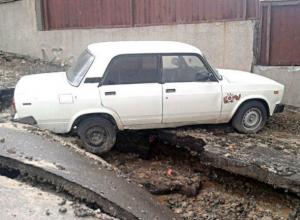 В жуткую западню на поплывшем асфальте попал припаркованный автомобиль в центре Ростова