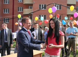 Мэр Ростова-на-Дону вручил ключи от новых квартир детям-сиротам