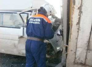 В Ростовской области водителя зажало в машине после столкновения с грузовиком