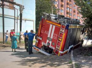 Зыбучий асфальт разверзся и засосал большую пожарную машину под Ростовом