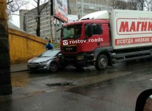 Двухкилометровую пробку на улице Менжинского в Ростове вызвало ДТП с иномаркой и фурой