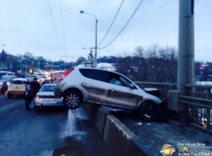 В бетонное ограждение на мосту Стачки врезалась беременная