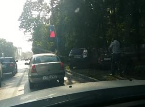 Буйный ростовский ветер «раскидал» кучу машин на дороге