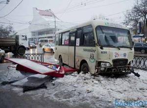 В центре Ростова маршрутка врезалась в ограждение