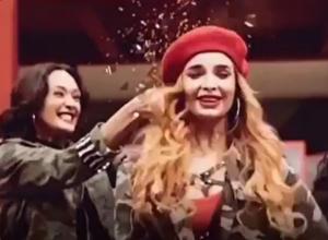 Секс-бомба из Ростова в честь праздника получила бутылкой по голове на видео