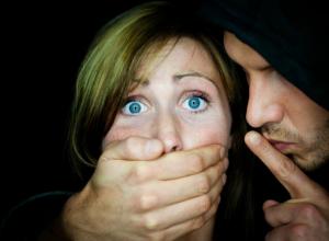 Бдительный автомобилист с друзьями вырвали девушку из «грязных рук» насильника под Ростовом