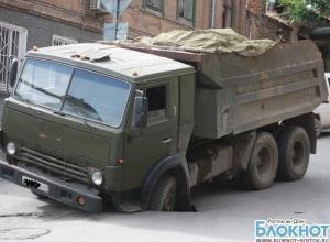 В центре Ростова-на-Дону 20-тонный КамАЗ провалился под асфальт. ВИДЕО