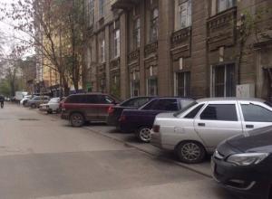 В Ростове наглые водители вынуждают пешеходов ходить по капотам машин