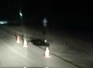 Снующего по дороге «странного» парня насмерть сбил автомобиль в Ростове