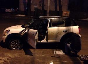 В Ростове-на-Дону шесть машин угодили в яму на улице Сарьяна