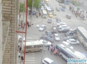 В центре Ростова из-за аварии с «Мерседесом» и «Хендаем» образовался затор: водители ждут ГИБДД 3 часа