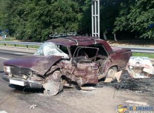 Под Ростовом водитель «ВАЗа» протаранил разделительный забор и столкнулся с двумя легковушками