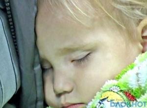 Двухлетнюю девочку бросили на остановке в Ростове