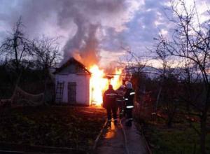 Серьезные ожоги лица и ног получил мужчина при пожаре в хозпостройке Ростовской области