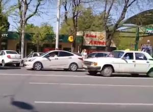 Автолюбитель-нарушитель показал на видео, как образуются пробки на улицах Ростова