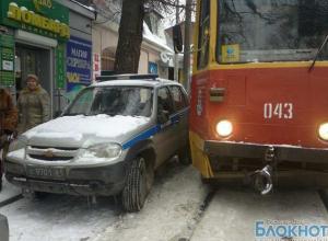 Полицейская машина парализовала движение трамваев в центре Ростова