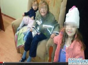 В Ростове мать оставила троих детей на остановке, а сама ушла веселиться
