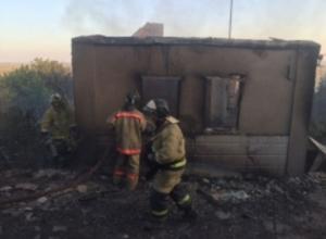 В Ростовской области вспыхнувшая сухая трава уничтожила несколько построек