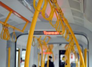 Сошедший с рельсов старый трамвай стал причиной опозданий многих жителей Ростова