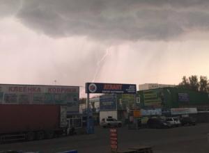 Видео сильнейшего дождя с градом сделали потрясенные жители Ростова