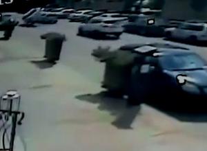 Эпичный кувырок иномарки на набережной попал на видео в Ростове
